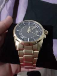 Relógio Orient dourado.
