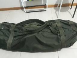 Mochilas e ropas do quartel