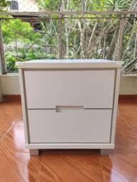 Mesa de cabeceira branca com duas gavetas