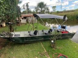 Barco com motor e acessórios