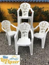 Jogo de mesa com 4 cadeiras plásticas