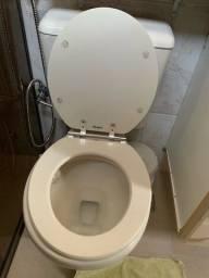 Vaso sanitário com caixa acoplada e tampa