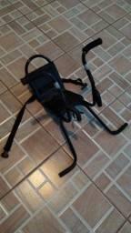 Cadeirinha de bicicleta e capacete