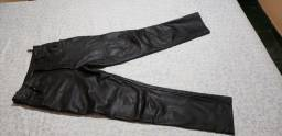 Calça de couro legitimo, serve nº 40 a 42 particular cintura mede 43 centímetros