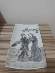 travessa de porcelana com duas gueixas assinada pela artista plástica Elisa Rego 1984