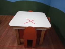 Conjuntos de mesas infantis com 4 cadeiras.