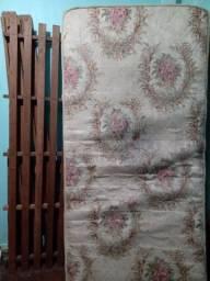 Uma Cama de solteiro, com dois colchões.