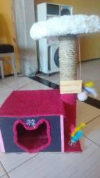 Arranhador com casinha para gato