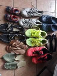 Lote de roupas e sapatos.