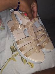 Vendo sandália na etiqueta 33 34