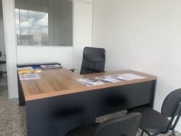 Mesa de Escritorio com Cadeiras.