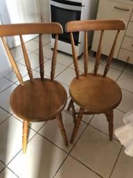 Par de cadeiras em madeira maciça.