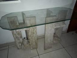 Aparador com base em mármore e tampo de vidro