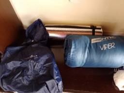 Capa de chuva, saco de dormir da marca nautika e isolante térmico.