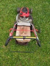 Máquina de cortar grama a gasolina com tração.