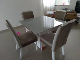 Mesa branca com tampo off white. 1m