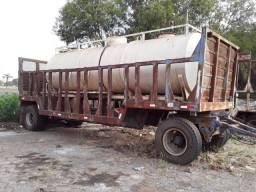 Tanque de água com carreta com placa