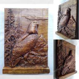Águia entalhada em madeira nobre