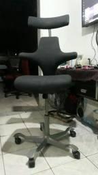 Cadeiras de escritório ergométrica semi nova marca Hag capisco 600 reais..