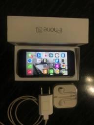 Vendo IPhone SE 2016 32 gb + fone+ carregador ( muito conservado)