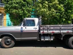 Caminhão baú ou caminhonete aberta