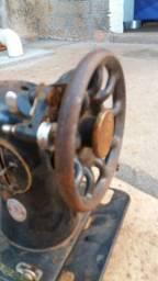 Mecânico e restaurador de máquinas de costura.