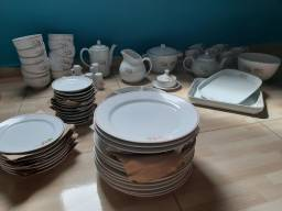 Jogo de jantar completo de porcelana, nuca usado.