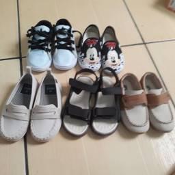 Sapatos semi novo pra menino.