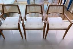 Cadeiras amadeiradas com palha