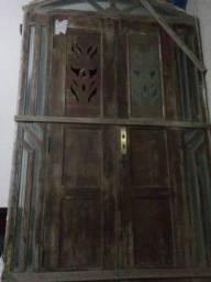 Janela e porta de madeira (Massaranduba)