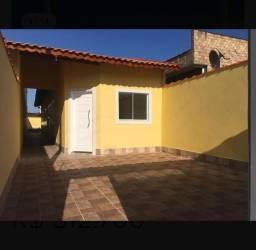Casa individual com 3 quartos, garagem área nos fundos.