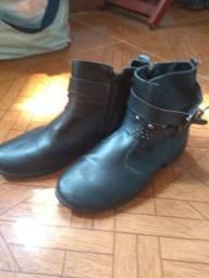 Vendo bota e a sandália usadas mais bem conservada.