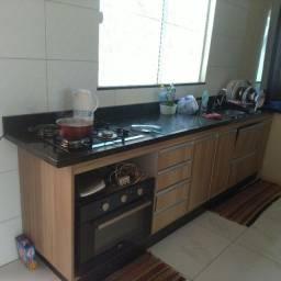 Painel e armários de cozinha
