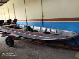 Barco e motor de pesca