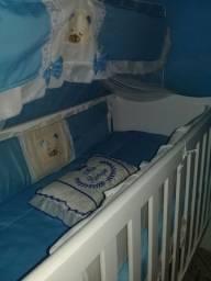 Berço para bebê menino com o colchão