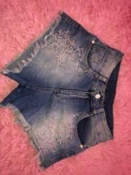 Shorts jeans super estiloso com bordado e barra desfiada. Pouco usado. Número 36