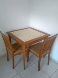 Mesa com 2 cadeiras e 2 banquetas.