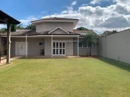 Vendo casa edícula, com ampla área com gramado na frente.