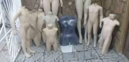 Manequim infantil e expositores de biquini