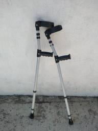 Muleta canadense e bota ortopédica