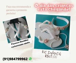 Sandálias, tiaras e colares personalizados