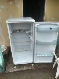 Vendo geladeira sem defeito 200 reais