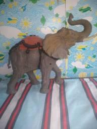 Lindo elefante de brinquedo