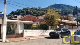 Espaçosa casa, com 05 quartos e garagem para 5 carros, bem no centro de Itacuruçá