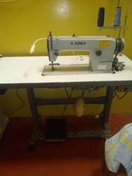 Máquina de costura reta industrial.