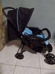 Carrinho de bebê Voyage azul.