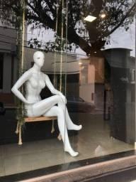 Manequim feminina sentada - fibra