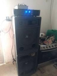"""Dois falantes de """"15"""" amplificador oneal PA 1600 e uma mesa com microfone"""