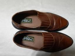 Sapato em couro, a mão
