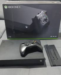 Xbox One X 1TB + 1 controle + suporte vertical